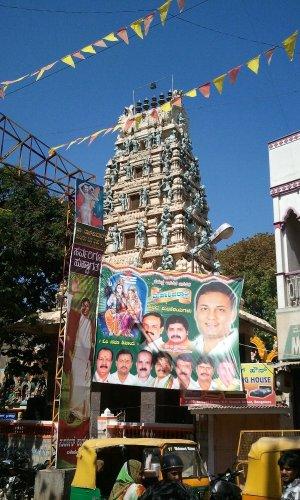 ヒンドゥー寺院と選挙ポスター バンガロール Chickpete