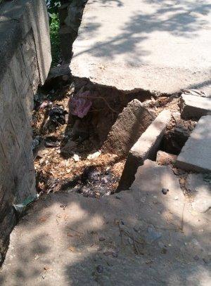 歩道の大穴